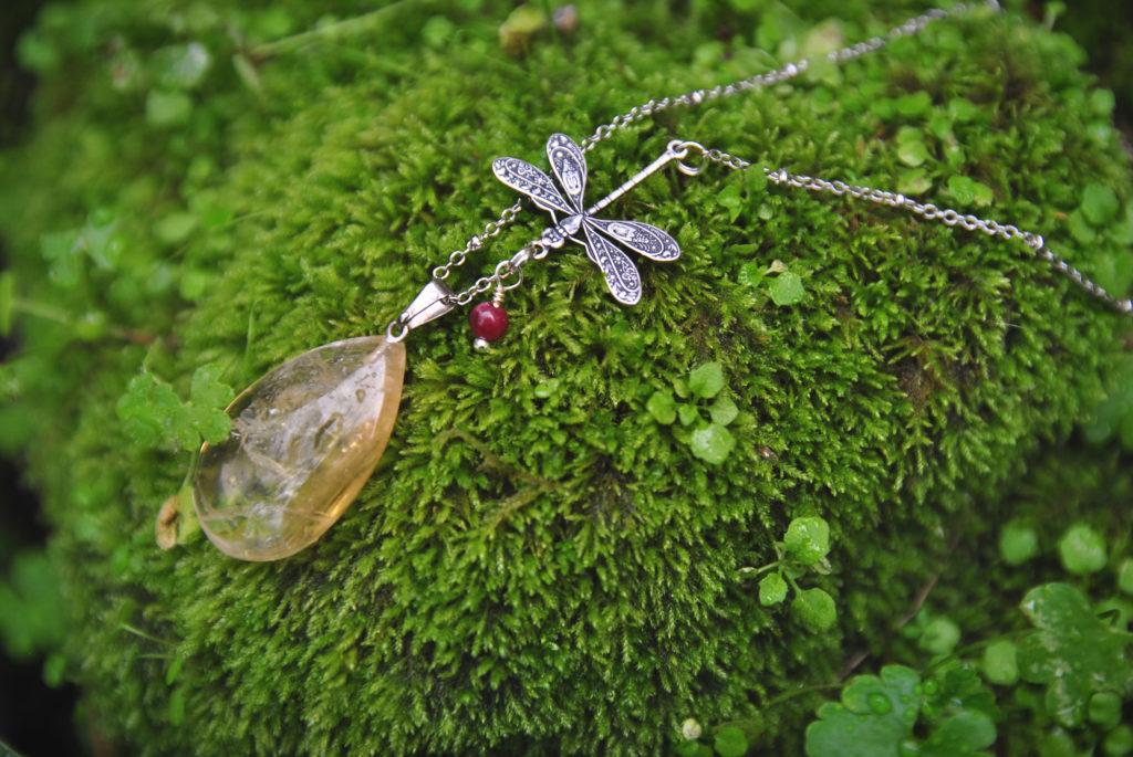 Collier en citrine et libellule artisanale