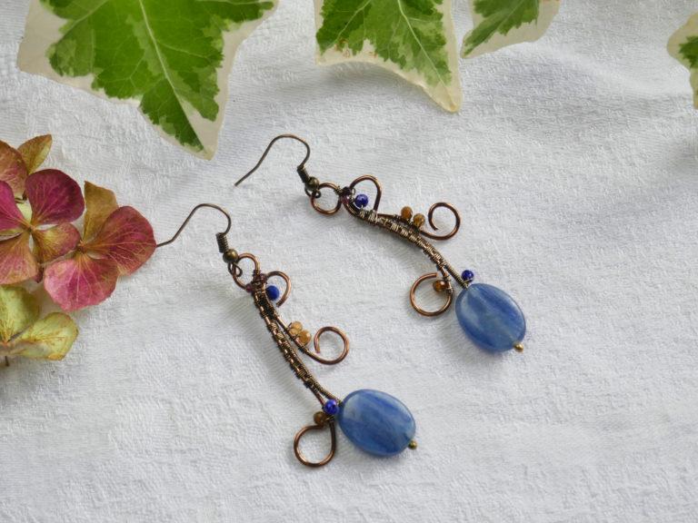 Boucles de cyanite, tourmaline et lapis-lazuli.