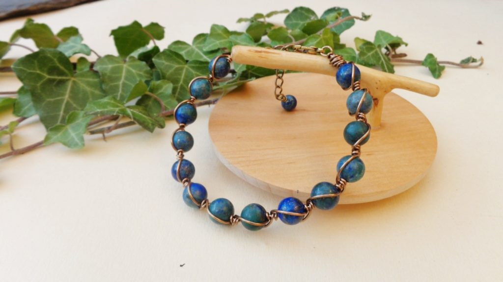 Bracelet semi-rigide réalisé ici en perles de chrysocolle