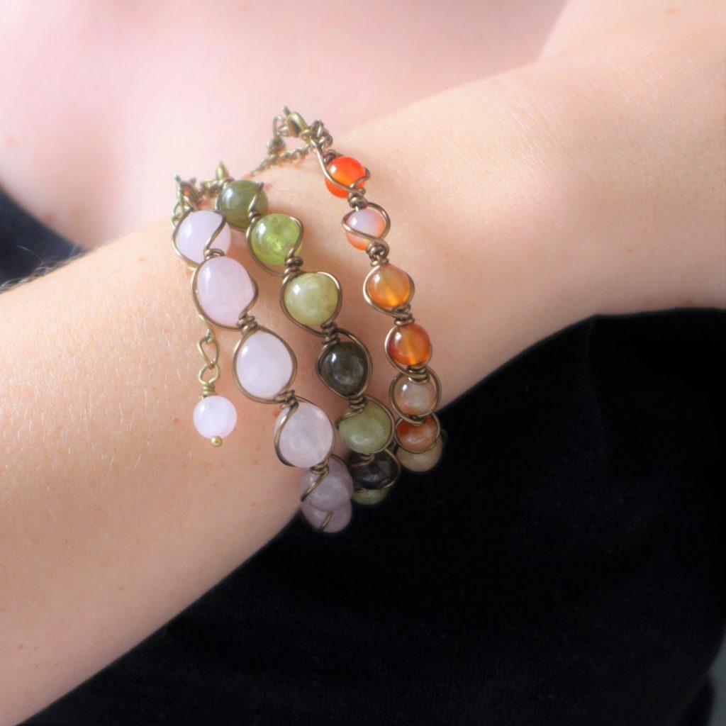 Bracelet semi rigide en wire wrapping. Ici en quartz rose, grenat vert et cornaline