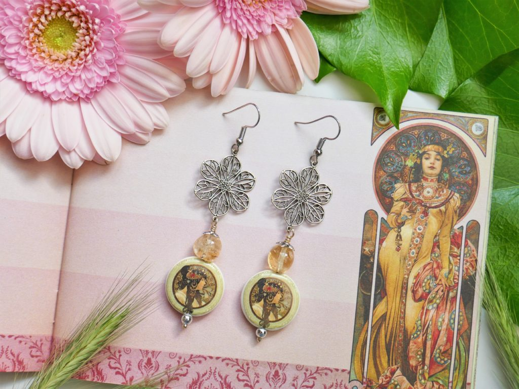 Boucles réalisées avec des perles de porcelaine artisanales sur le thème du peintre Mucha.