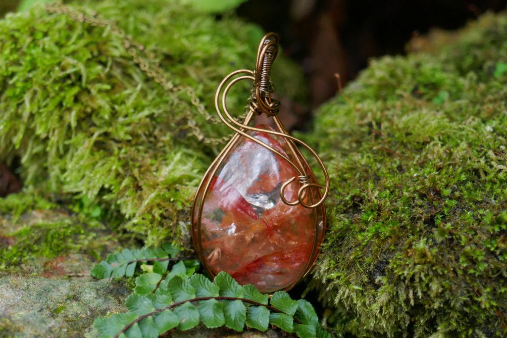 Pendentif en quartz hématite de très belle qualité.