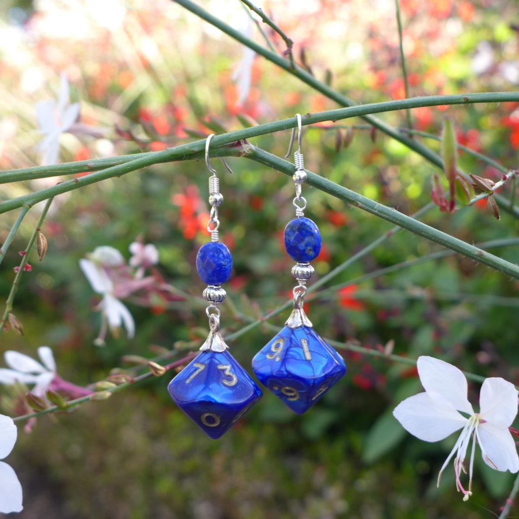 Boucles d'oreilles en lapis-lazuli et dés de jeux de rôle.