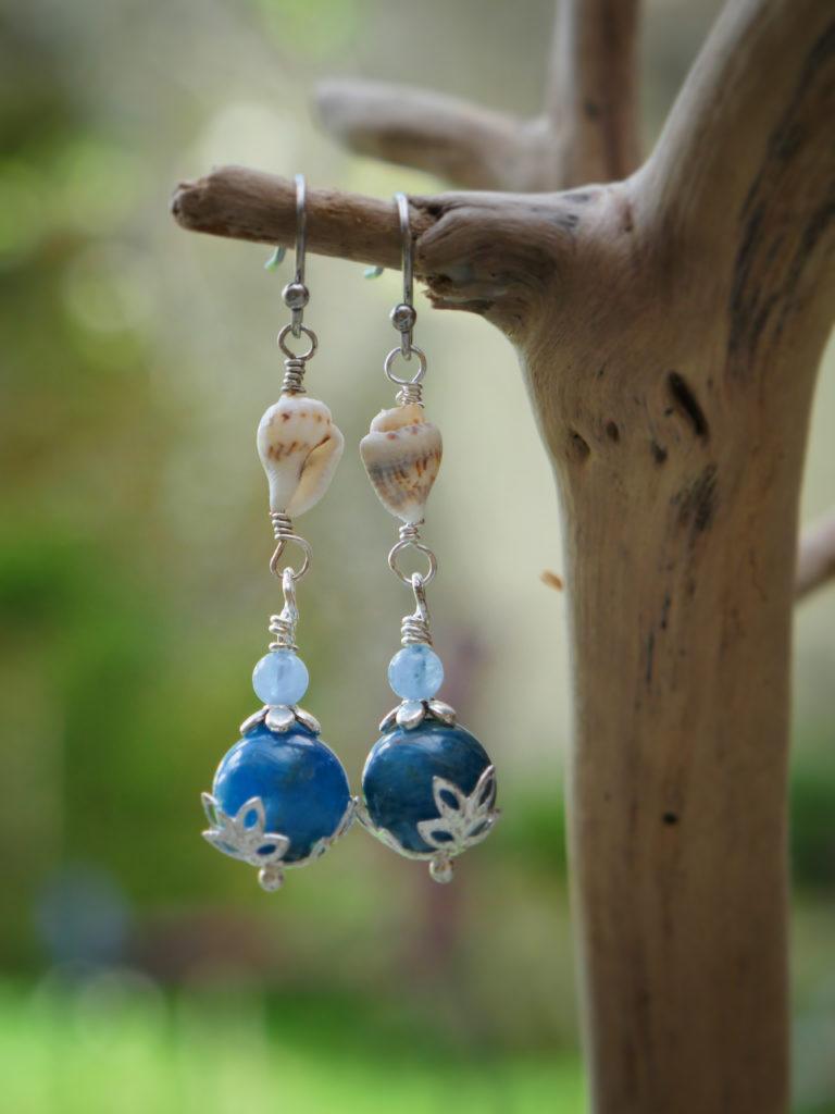 Boucles en coquillage et apatite bleue